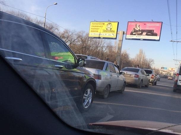 Четыре авто сложились в «бутерброд» на севере Волгограда