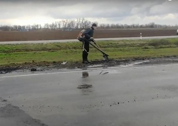 Асфальт с дождем смешали на трассе волгоградские дорожники