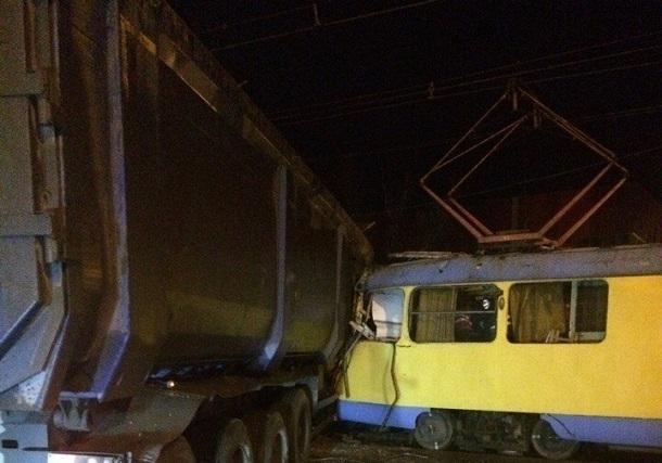 Трамвай и грузовой автомобиль столкнулись уМамаева кургана вцентре Волгограда