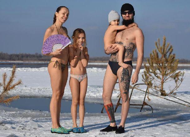 Роды в бассейне и моржевание избавили семью волгоградцев от прививок и лекарств