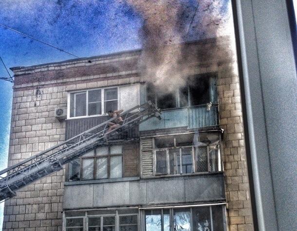 Волгоградские пожарные спасли мужчину изгорящей квартиры
