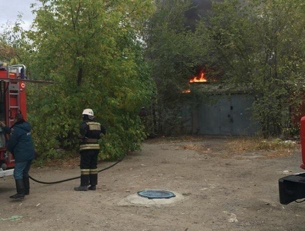 Волгоградцев напугал загоревшийся гараж на севере Волгограда