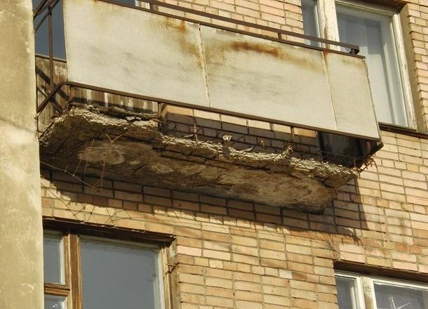 Балкон многоэтажки чуть не рухнул на головы волгоградцев