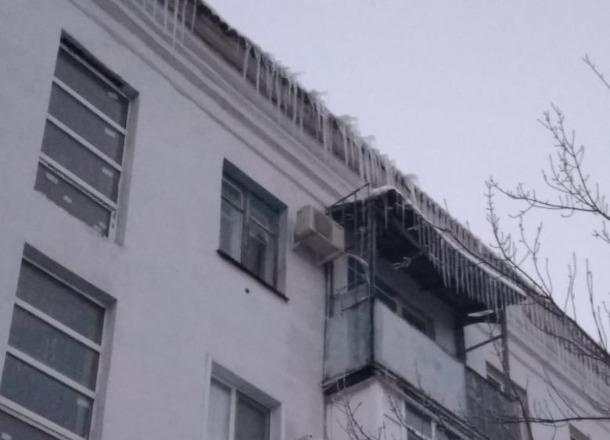 С крыш многоэтажек Волгограда летят сосульки: есть пострадавшая