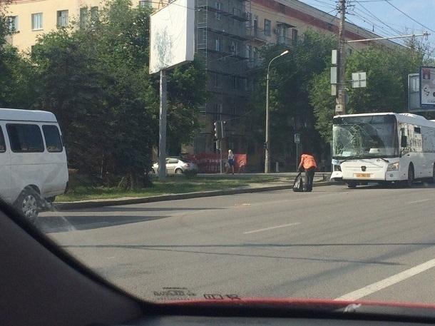 Молодая женщина пострадала при столкновении автобуса «Питеравто» и маршрутки в Волгограде