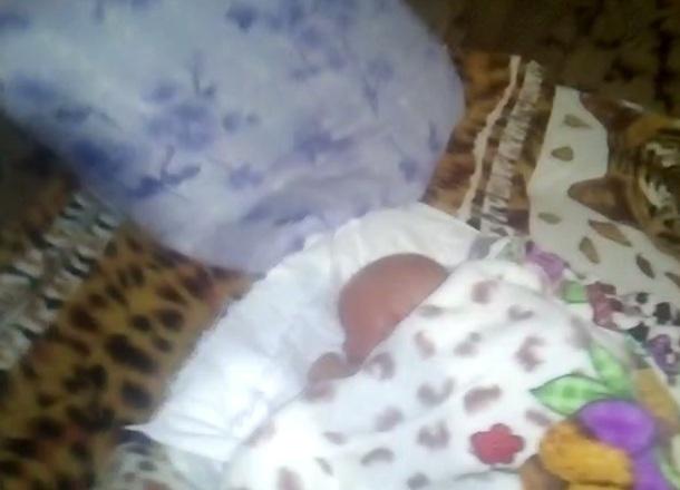 Рухнувшая после капремонта крыша чуть не убила новорожденного малыша в Суровикино