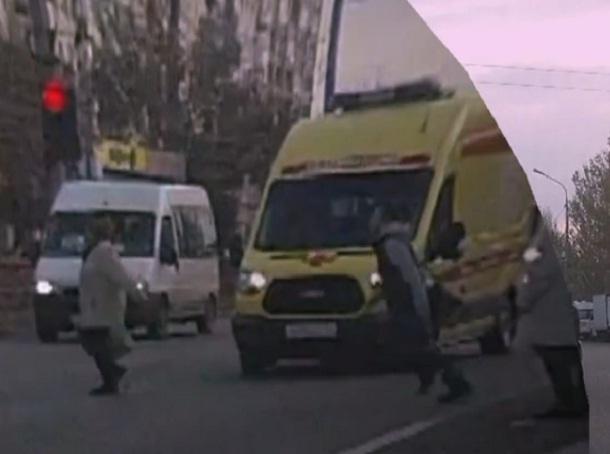 В Волгограде попали на видео пешеходы, не пропускающие «скорую»