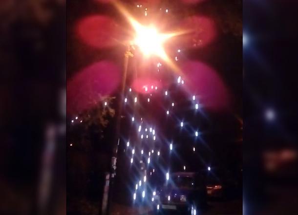 В Волгограде попали на видео загоревшиеся на уличном столбе провода