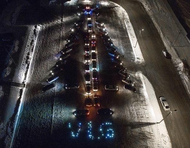 Больше 50 автомобилей встали в Волгограде в форме елки