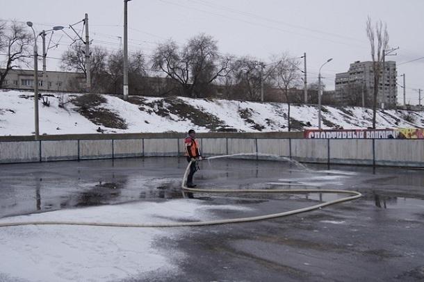ВВолгограде начали заливать каток настадионе «Пищевик»