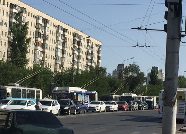 Столкнувшиеся микроавтобус и иномарка парализовали движение на западе Волгограда