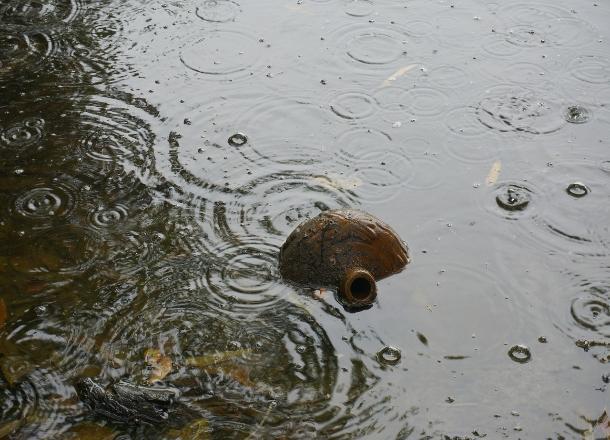 Еще 10 см и вода затопит сетевой шкаф мощностью 380 вольт, - жители многоквартирного дома в Волгограде