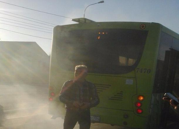 На юге Волгограда задымился городской автобус