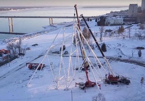 Монтаж волгоградского колеса обозрения сняли с высоты летающего квадрокоптера