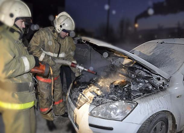 Люксовый BMW, внедорожник и «Газель» сгорели ночью на юге Волгограда