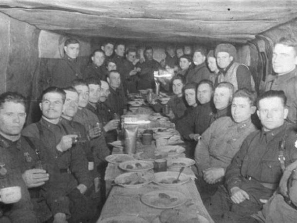 31 декабря 1942 года – под Сталинградом советские воины встречают Новый год с твердой верой в грядущую победу над врагом