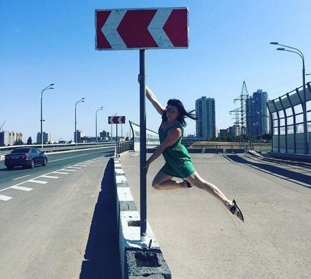Девушка на «Танцующем мосту» Волгограда показала чудеса своего тела