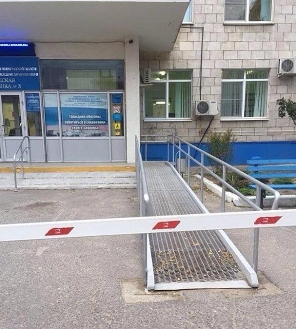 В поликлинике Волгограда въезд на пандус закрыт шлагбаумом