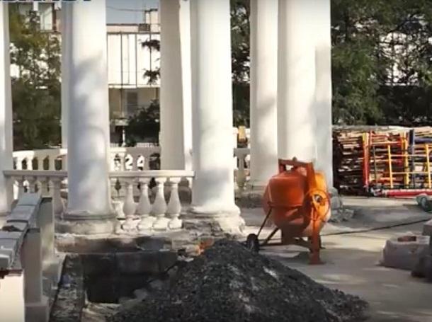 Вялотекущий ремонт волгоградской ротонды и лестницы сняли на видео