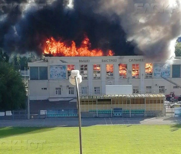 Центральный стадион Волжского продолжает гореть и готов рухнуть