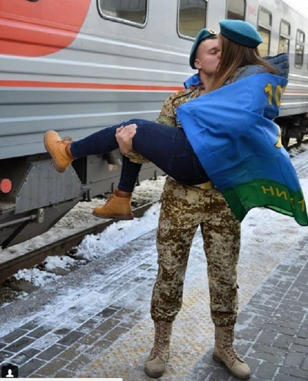 Парень лишил девушку девственности перед армией