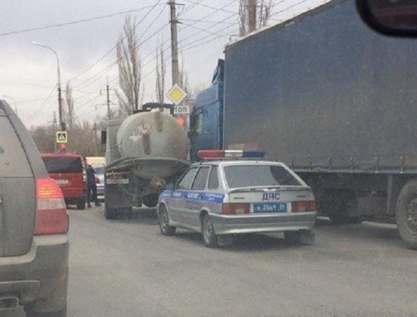 Ассенизатор протаранил фуру и фургон в Волгограде