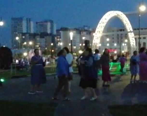 Волгоградцы сняли на видео жаркие летние танцы пенсионеров