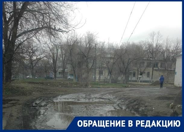 Ученики начальных классов тонут в грязи по дороге к школе №57 Волгограда