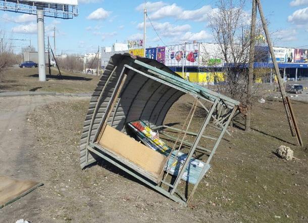 Сильный ветер снес остановку у общежития ВолГУ