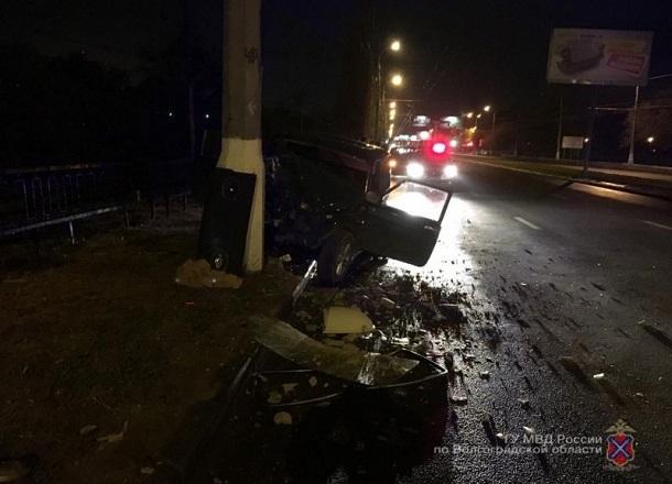 Дерзкий водитель протаранил фонарный столб на западе Волгограда: есть пострадавший