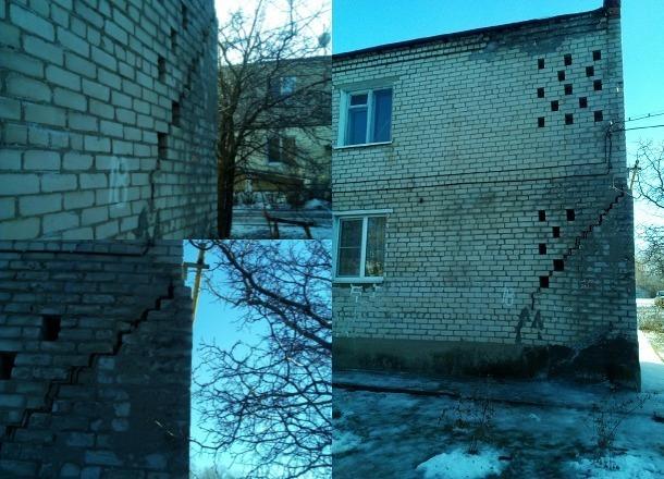 Огромная трещина деформировала многоквартирный дом под Волгоградом: жильцы боятся обрушения