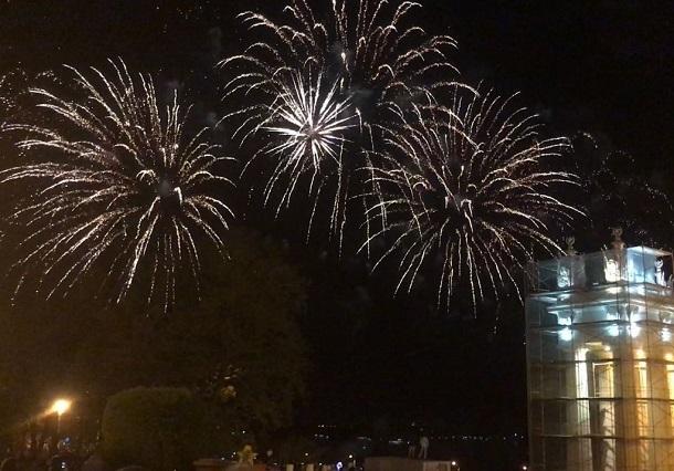 40 тысяч волгоградцев посмотрели на набережной салют в честь Дня Победы
