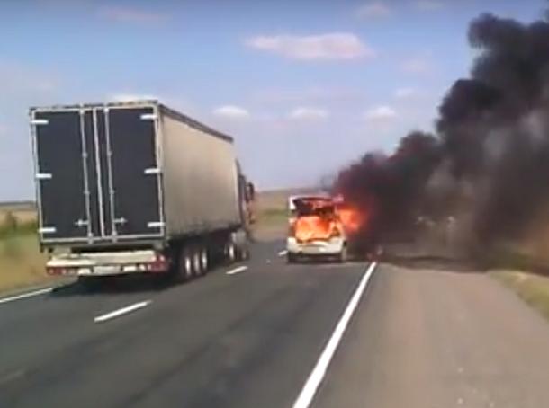 На видео попало страшное ДТП с пожаром и взрывом под Волгоградом