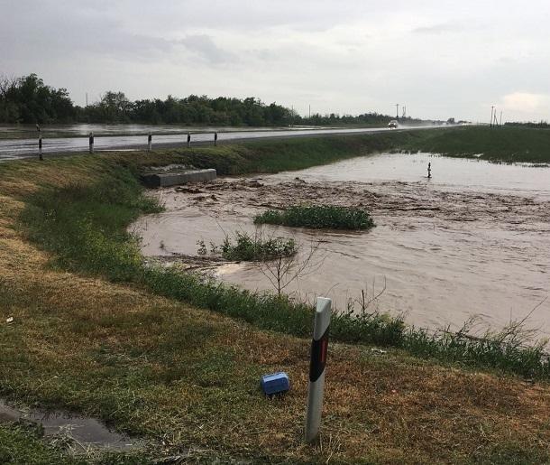 На видео попала затопленная дождями федеральная трасса под Волгоградом