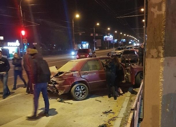 ВВолгограде столкнулись BМW Х-5 иMercedes: есть пострадавшие