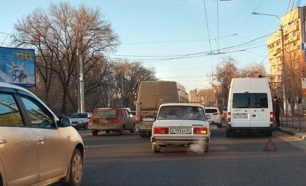 Мелкое ДТП спровоцировало серьезную пробку на 2-ой продольной вВорошиловском районе Волгограда