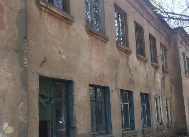 Выбиты окна и двери: общежитие на севере Волгограда превратили в свалку