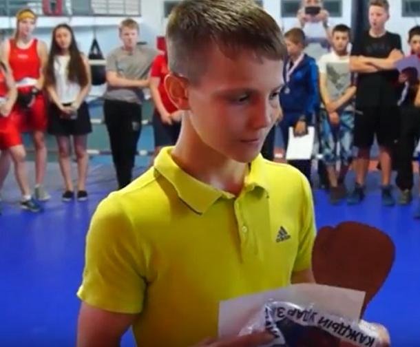 Победители турнира по боксу получили футболки с портретом Путина в Волгограде