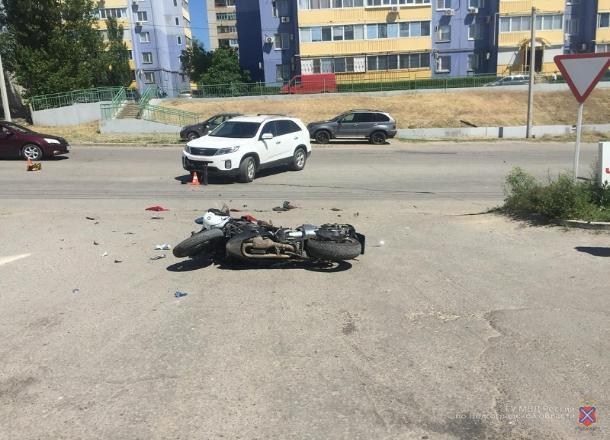 Мотоциклист выжил при столкновении с кроссовером в Волгограде