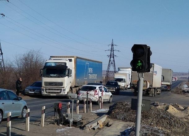 На железнодорожном переезде в Волгограде столкнулись фура и легковушка