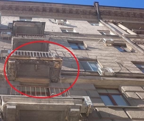 На фото попало разрушение высотки-памятника архитектуры в центре Волгограда