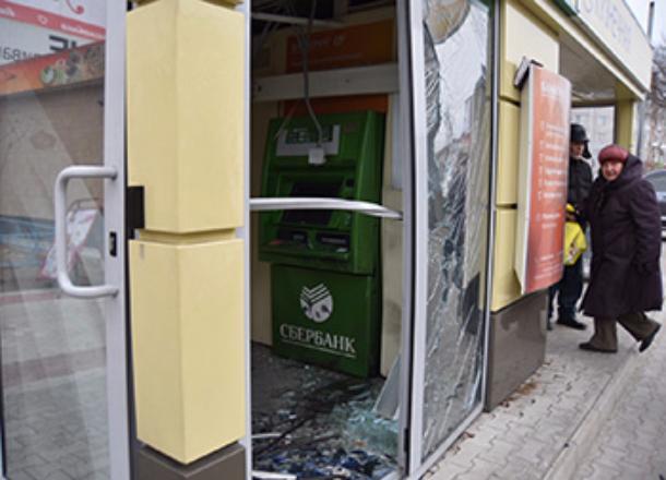 Волгоградец выбил дверь в Сбербанке и был задержан
