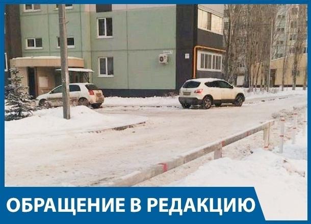 Жильцы волгоградской многоэтажки оказались заложниками из-за заваленного снегом шлагбаума