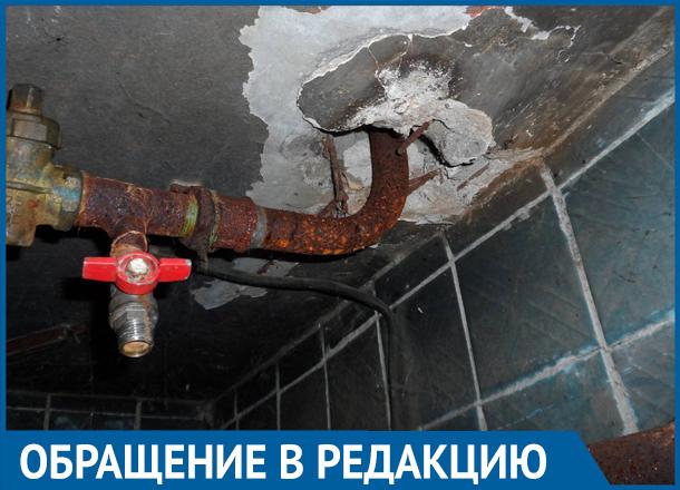 Женщина с грудным ребенком уже месяц сидит без горячей воды в доме на юге Волгограда