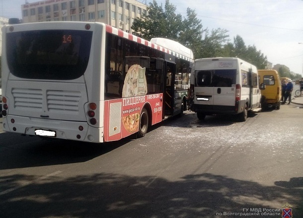 Водитель автобуса устроил тройное ДТП в Волжском: пострадали пассажиры