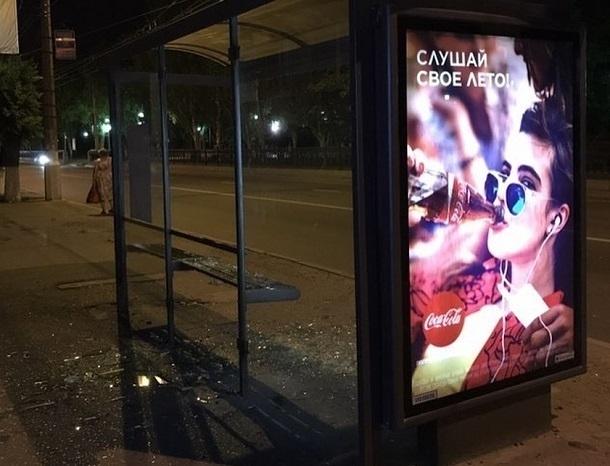 Вандалы разбили ночью стеклянную остановку в центре Волгограда
