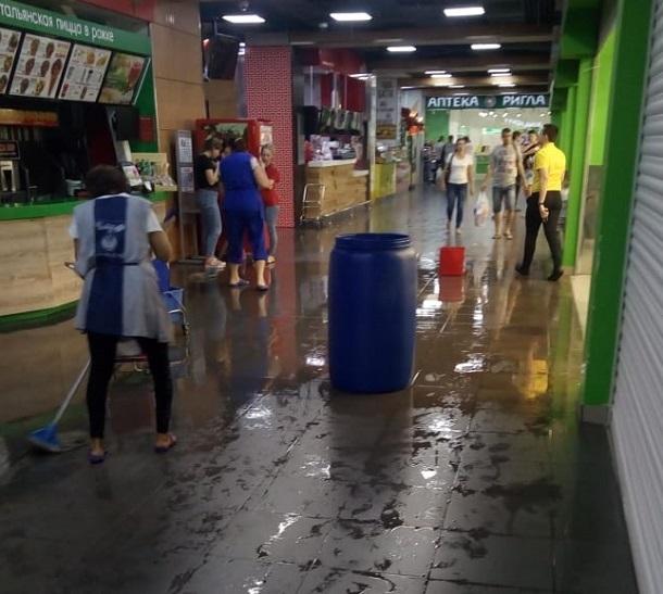 Ворошиловский торговый центр затопило в Волгограде