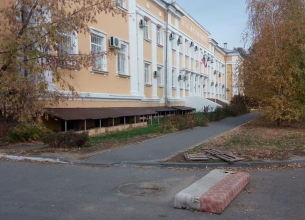 Полгода пропаленный старый диван «красуется» напротив церкви и поликлиники на севере Волгограда