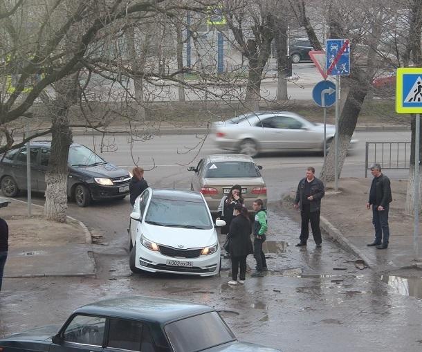 Иномарка провалилась в асфальт на «разрекламированной» идеальной дороге Волгограда
