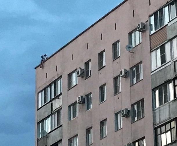 Волгоградцев пугают гуляющие по крышам многоэтажек подростки